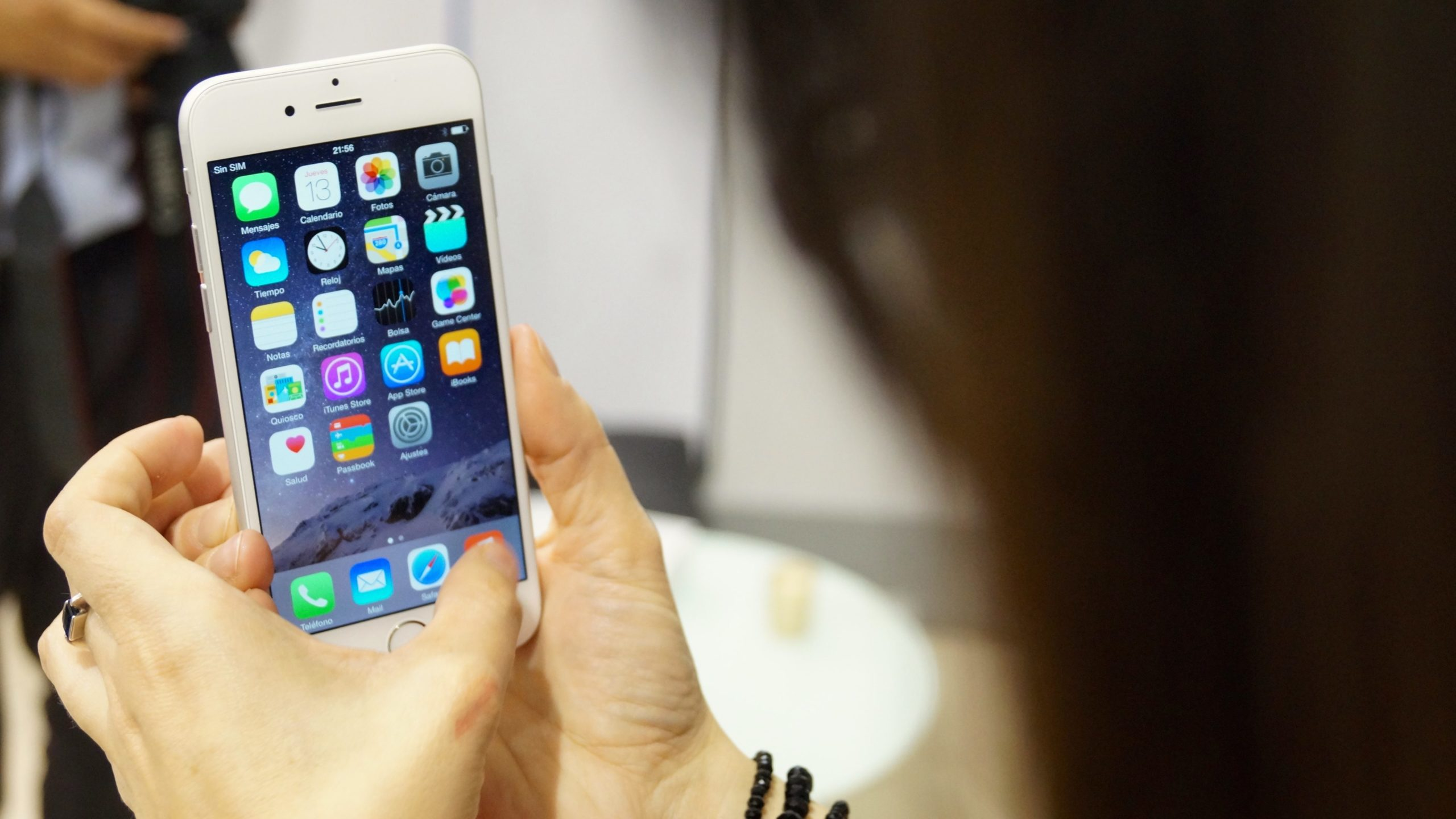 Apple iPhone 6 in Hand