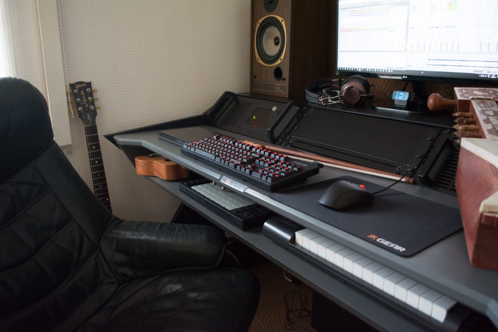 Massive Furniture Design ML-01 Swan Desk rigged with gear from side perspective
